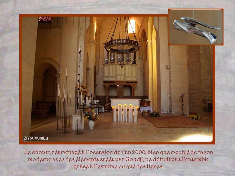 La chapelle de la Vierge, gothique, fut ajoutée lors des transformations au cours des siècles. A droite, une statue de Sainte Anne qui voisine avec ce
