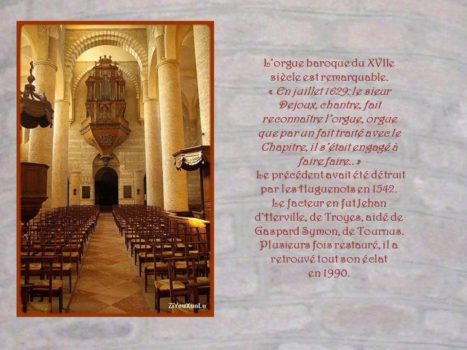 Le chœur, réaménagé à loccasion de lan 2000, bien que meublé de façon moderne avec des éléments créés par Goudji, ne détruit pas lensemble grâce à lex