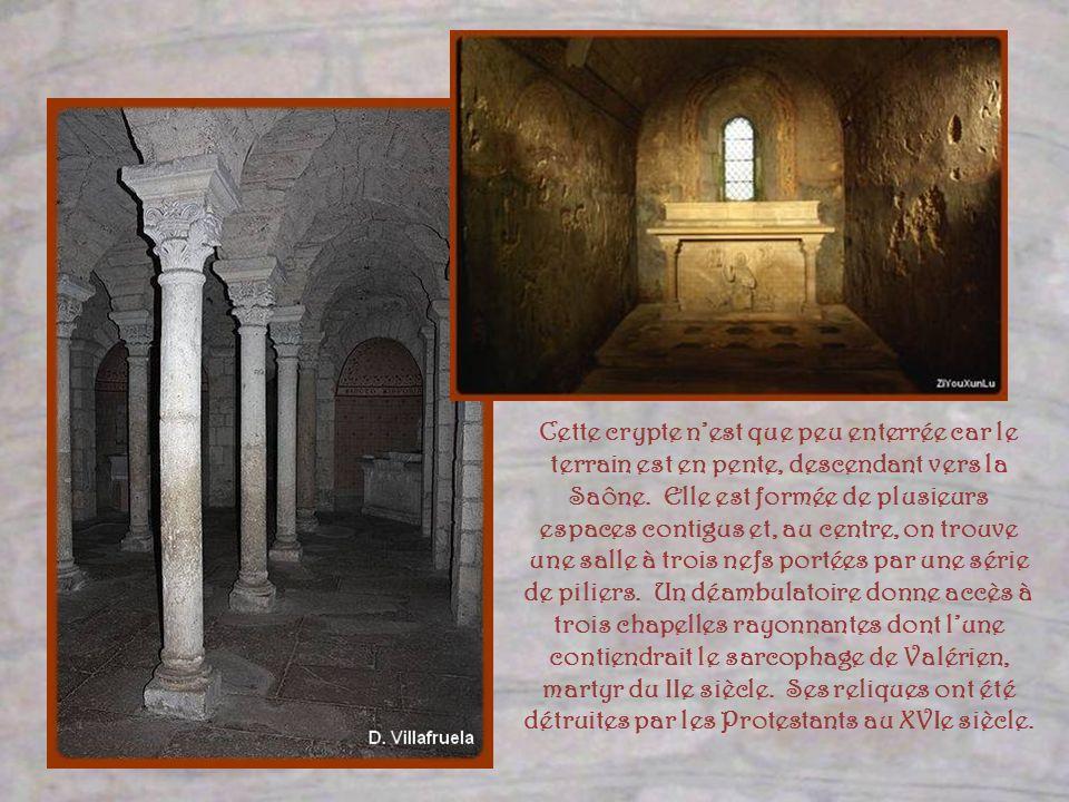 Telle quelle est, récemment rénovée avec beaucoup de sensibilité à la réalité romane, cette église est très lumineuse. Les jolis vitraux modernes dans