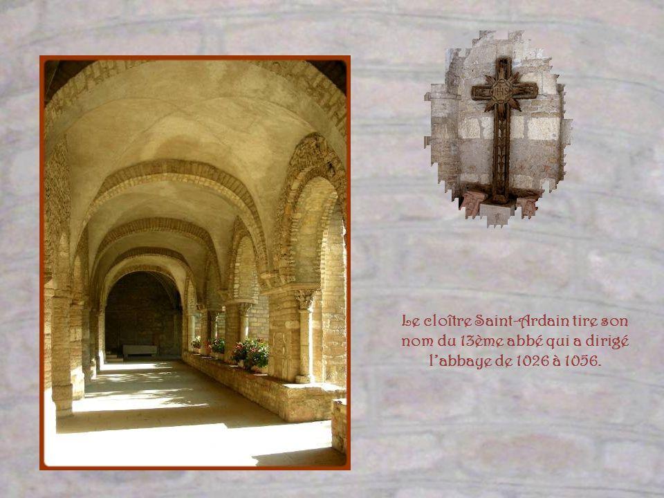 Des anciennes galeries du cloître, seule celle-ci qui jouxte léglise, subsiste. Elle date du XIe siècle Les autres ont été construites plus tardivemen