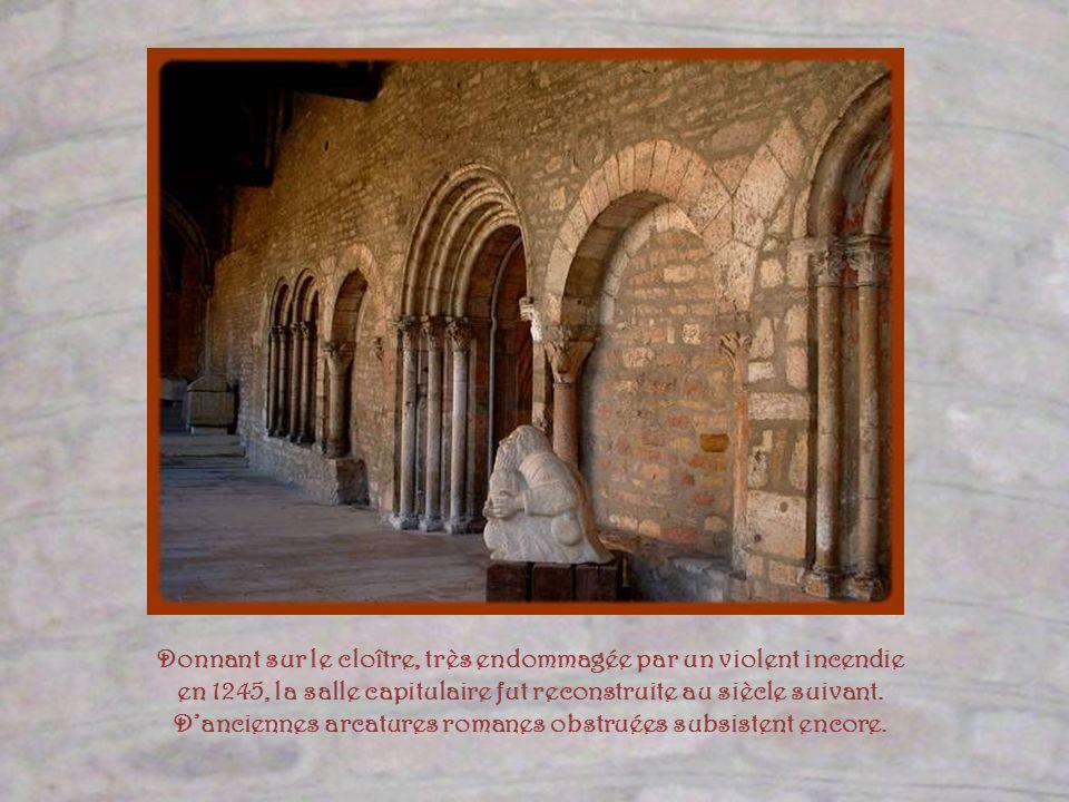 Le cloître Saint-Ardain tire son nom du 13ème abbé qui a dirigé labbaye de 1026 à 1056.