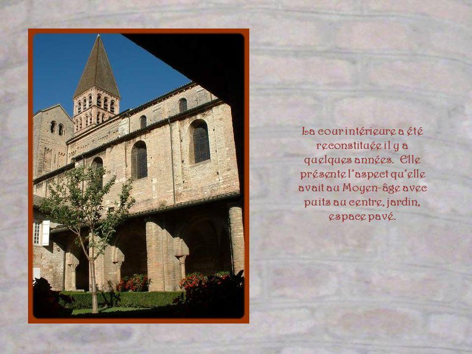 Donnant sur le cloître, très endommagée par un violent incendie en 1245, la salle capitulaire fut reconstruite au siècle suivant. Danciennes arcatures