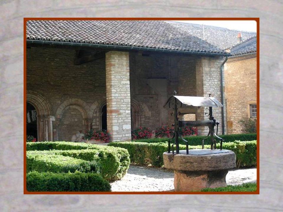 La cour intérieure a été reconstituée il y a quelques années. Elle présente laspect quelle avait au Moyen-âge avec puits au centre, jardin, espace pav