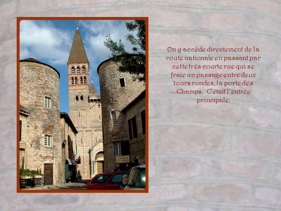 Donnant sur le cloître, très endommagée par un violent incendie en 1245, la salle capitulaire fut reconstruite au siècle suivant.