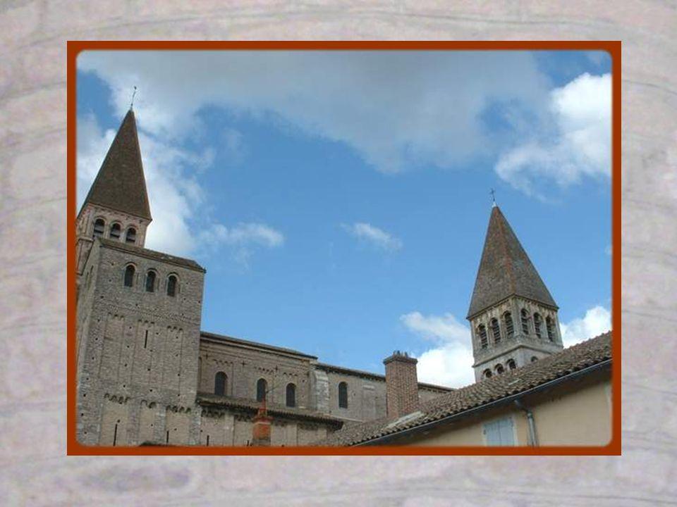 De la chapelle Saint-Michel, on découvre une vue magnifique sur les piliers de léglise et les voûtes.