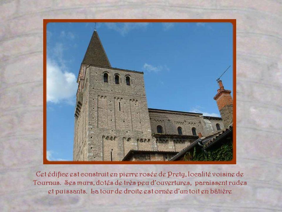 Le déambulatoire de léglise et une des chapelles construites en absidioles autour de labside.