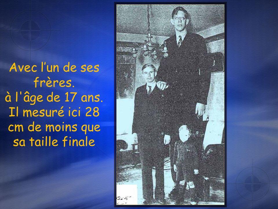 Robert à l'âge de 14 ans et 2.24 m. avec son ami L.A. Winship ( 21 ans et 1,75 m.) Il devait alors encore grandir dun demi mètre
