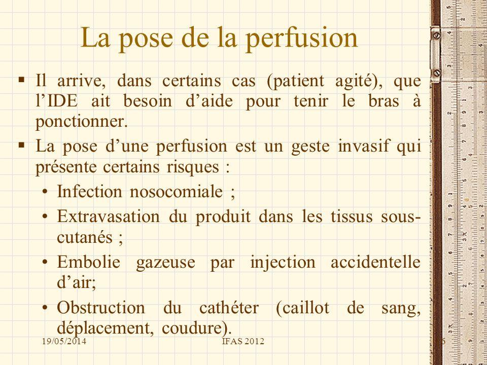 La pose de la perfusion Il arrive, dans certains cas (patient agité), que lIDE ait besoin daide pour tenir le bras à ponctionner. La pose dune perfusi