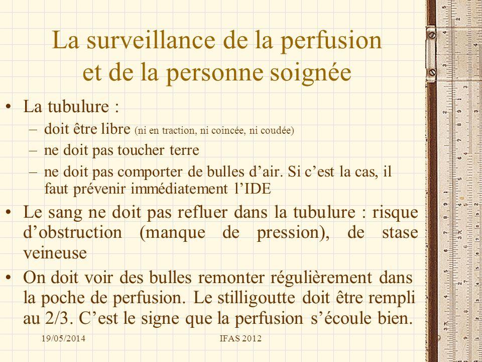 La surveillance de la perfusion et de la personne soignée La tubulure : –doit être libre (ni en traction, ni coincée, ni coudée) –ne doit pas toucher