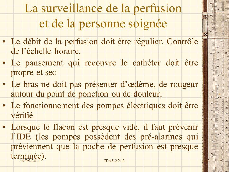 La surveillance de la perfusion et de la personne soignée Le débit de la perfusion doit être régulier. Contrôle de léchelle horaire. Le pansement qui