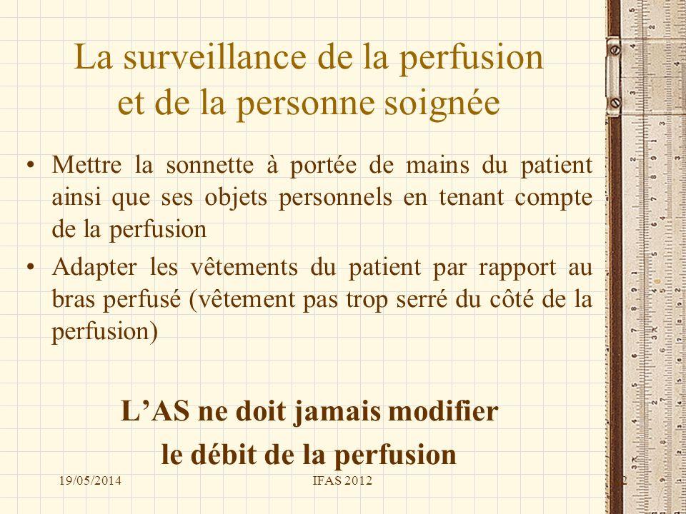 La surveillance de la perfusion et de la personne soignée Mettre la sonnette à portée de mains du patient ainsi que ses objets personnels en tenant co