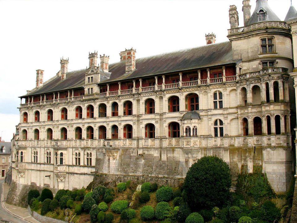 Un château qui mêle les styles gothique, Renaissance et Classique Louis XII, né au château de Blois, en fait sa demeure principale, au détriment d Amboise.