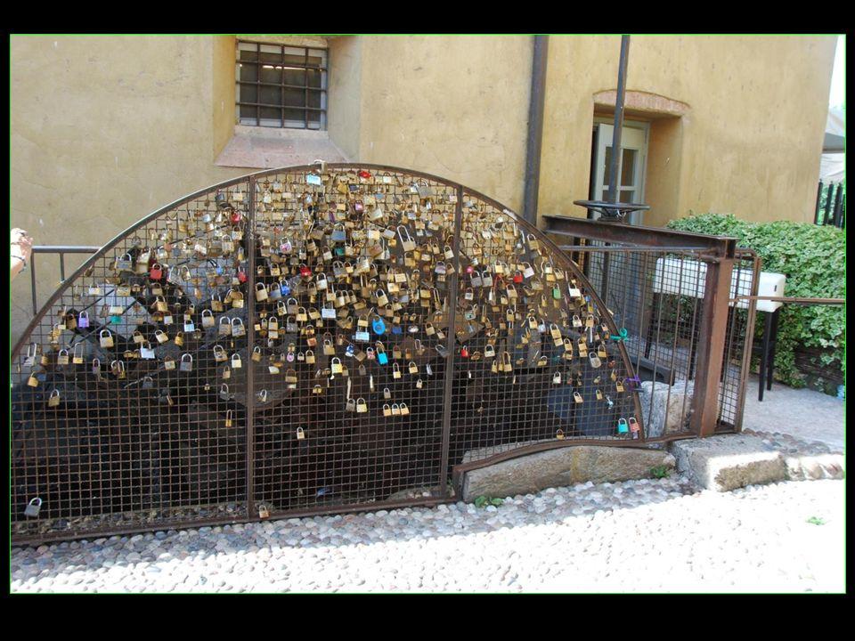 Les cadenas sont les symboles des amoureux en signifiant ensemble pour la vie