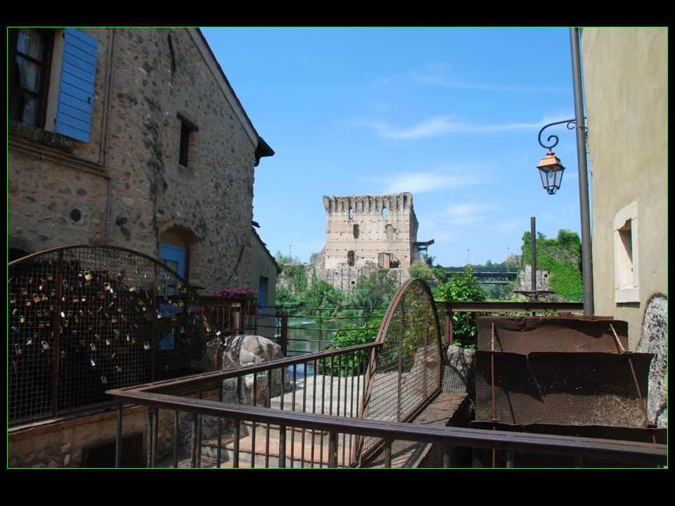 La fête du noeud dAmour ( Festa del Nodo dAmore ) le 3me mardi de juin: une table de 650 m de long est dressée sur le pont Visconti et des tortellini