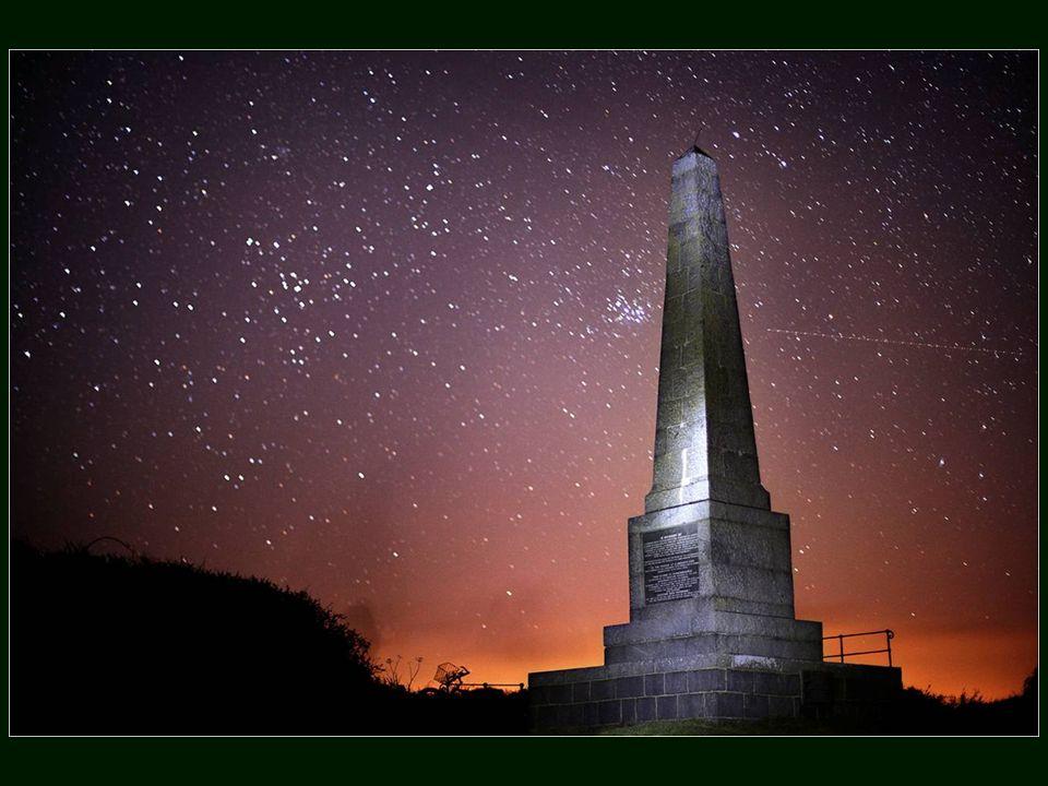 Sark n a pas de lampadaires, pas de routes pavées, qui se traduit par un ciel très sombre où la Voie Lactée, les étoiles filantes et les étoiles innombrables sont le spectacle quotidien du soir.