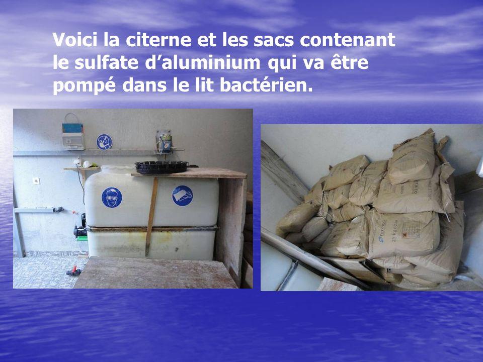 Voici la citerne et les sacs contenant le sulfate daluminium qui va être pompé dans le lit bactérien.