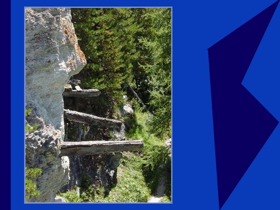 Les aqueducs : Parfois ces chenaux doivent traverser des falaises et des surplombs…il faut alors les suspendre dans le vide, on plante alors dans la paroi des poutres (botsets) auxquelles on accroche des pièces de bois qui soutiendront les bazots.