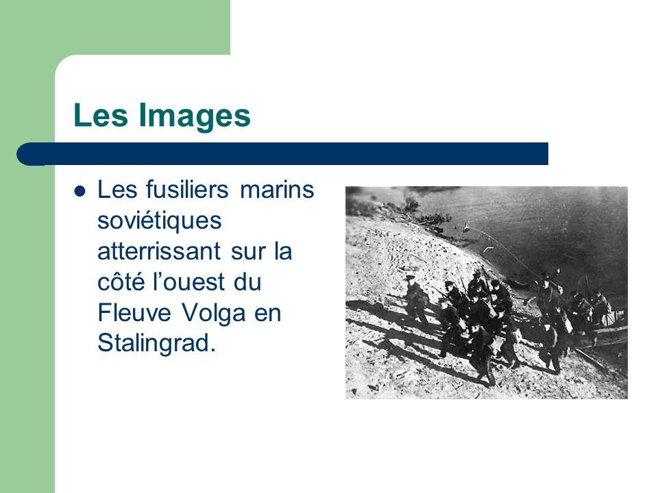 Les Images Les fusiliers marins soviétiques atterrissant sur la côté louest du Fleuve Volga en Stalingrad.