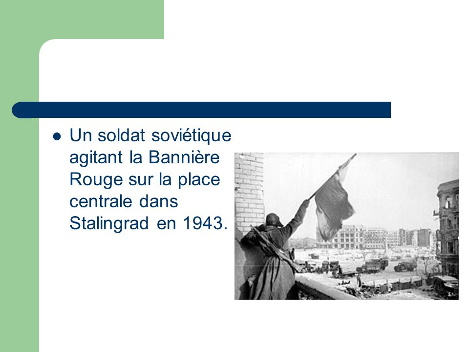 Un soldat soviétique agitant la Bannière Rouge sur la place centrale dans Stalingrad en 1943.