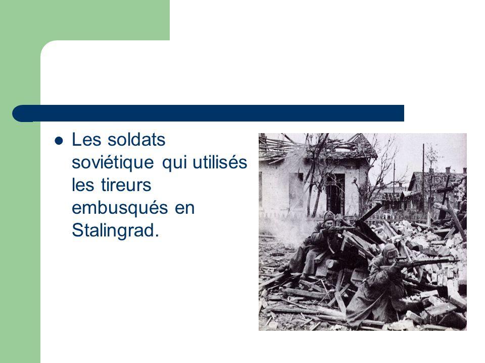 Les soldats soviétique qui utilisés les tireurs embusqués en Stalingrad.