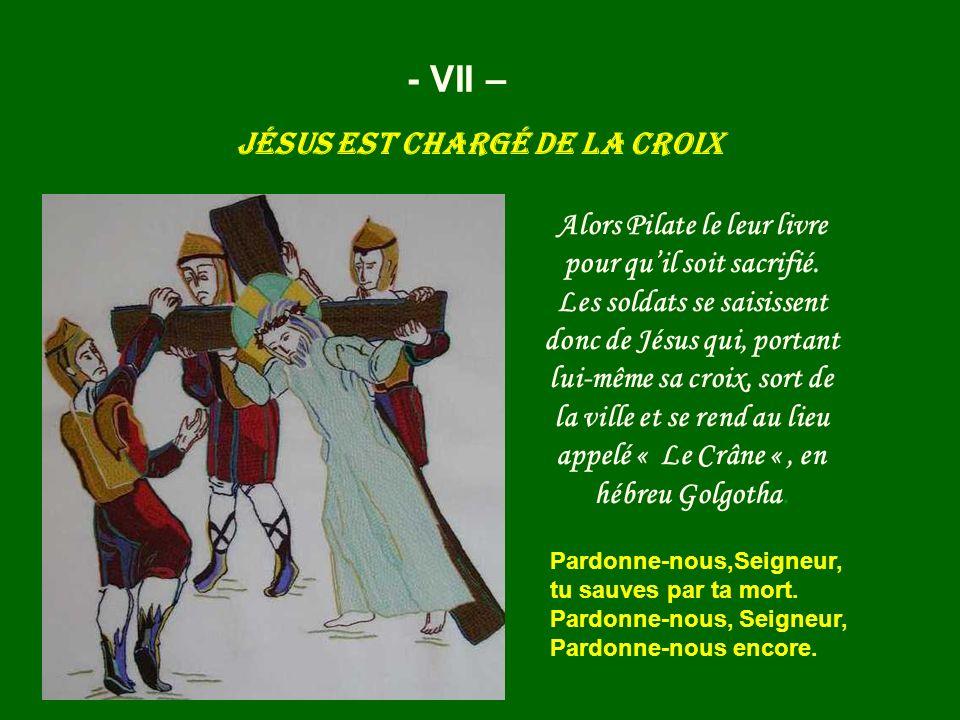 Jésus est chargé de la croix - VII – Alors Pilate le leur livre pour quil soit sacrifié. Les soldats se saisissent donc de Jésus qui, portant lui-même