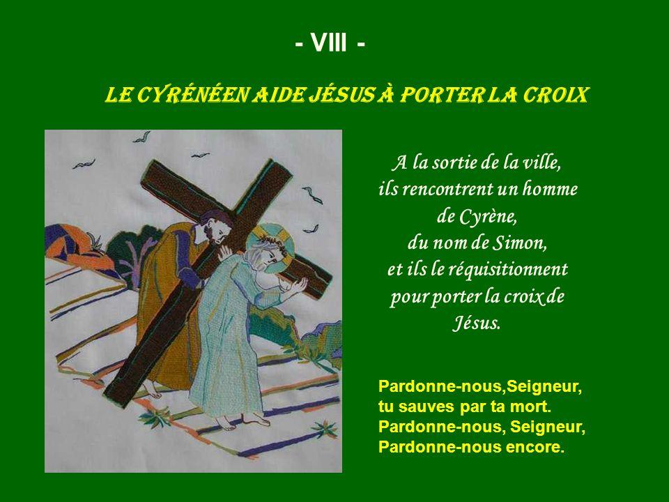 Le Cyrénéen aide Jésus à porter la croix - VIII - A la sortie de la ville, ils rencontrent un homme de Cyrène, du nom de Simon, et ils le réquisitionn