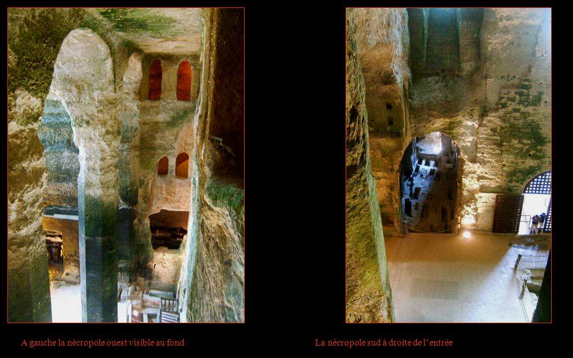 A gauche la nécropole ouest visible au fond La nécropole sud à droite de lentrée