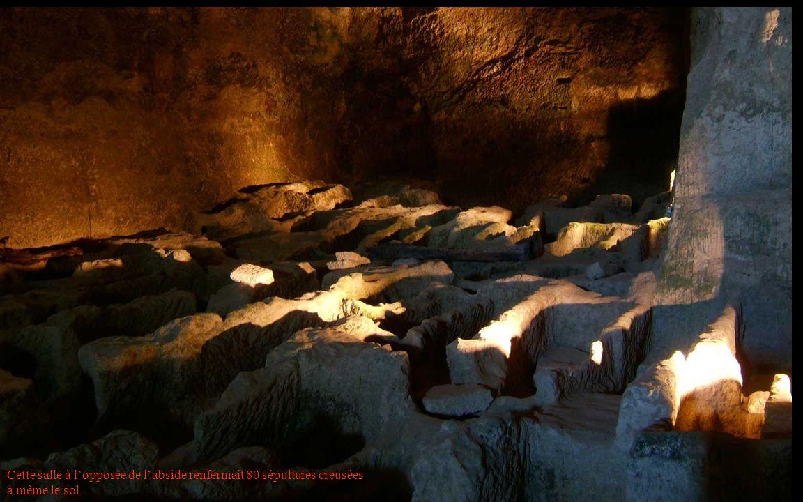 Cette salle à lopposée de labside renfermait 80 sépultures creusées à même le sol