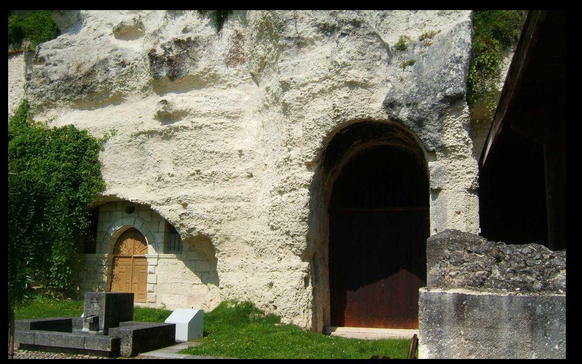 L église monolithe d Aubeterre mesure actuellement vingt-sept mètres de long pour seize mètres de large, dimensions qui en font une des plus grandes églises de ce type en Europe.