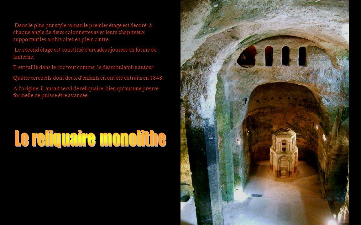 Dans le plus pur style roman le premier étage est décoré à chaque angle de deux colonnettes avec leurs chapiteaux supportant les archivoltes en plein cintre.