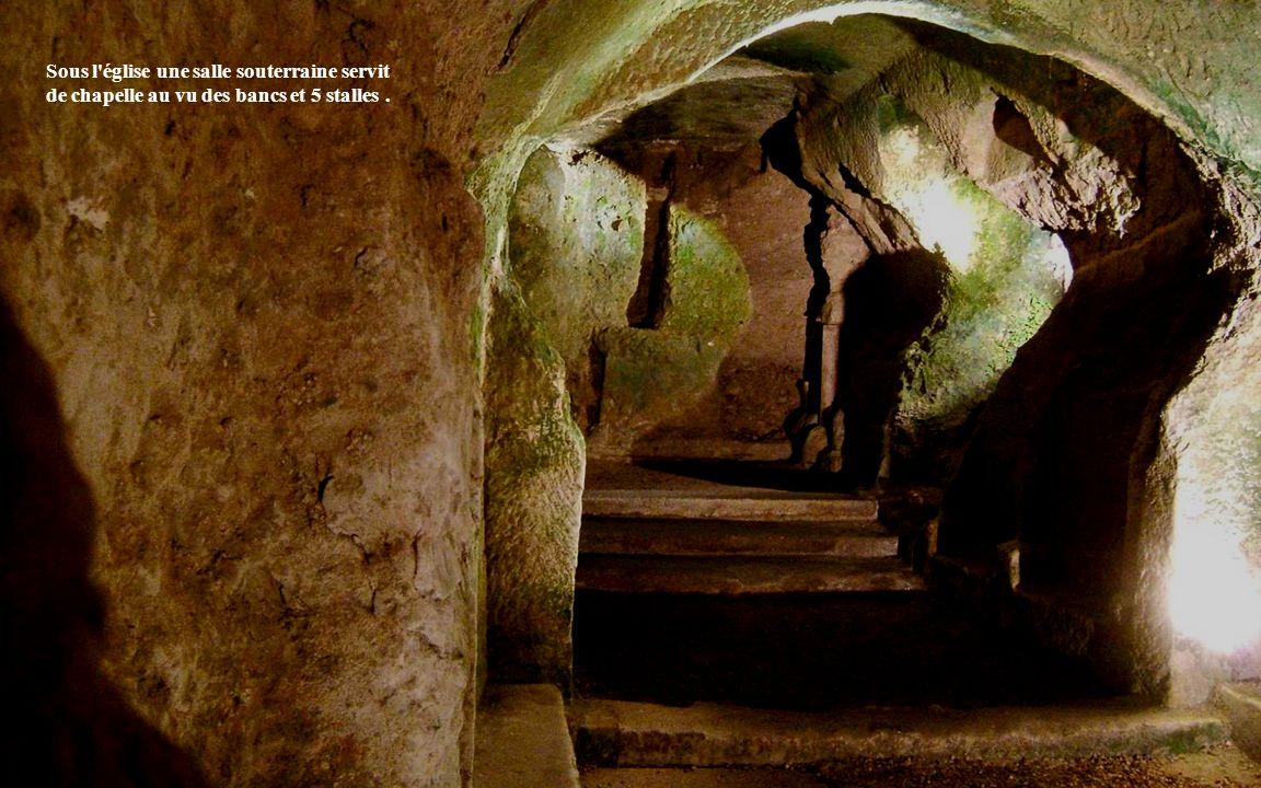 Sous l église une salle souterraine servit de chapelle au vu des bancs et 5 stalles.