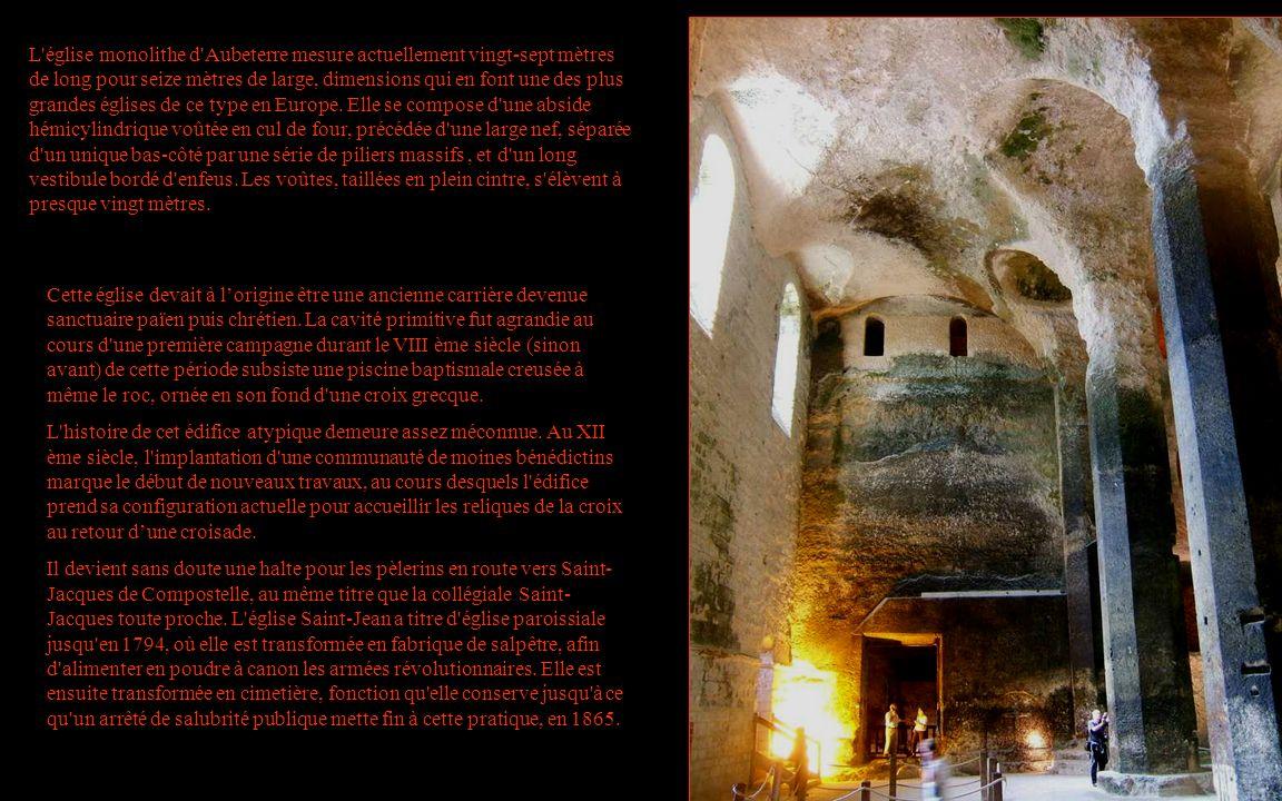 L'église monolithe d'Aubeterre mesure actuellement vingt-sept mètres de long pour seize mètres de large, dimensions qui en font une des plus grandes é
