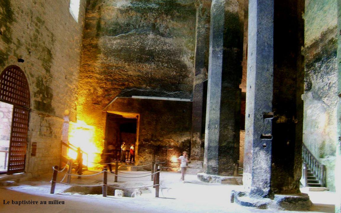 Dans la paroi interne de la galerie un caniveau récolte les eaux dinfiltration qui autrement auraient envahi lédifice et ses sépultures.
