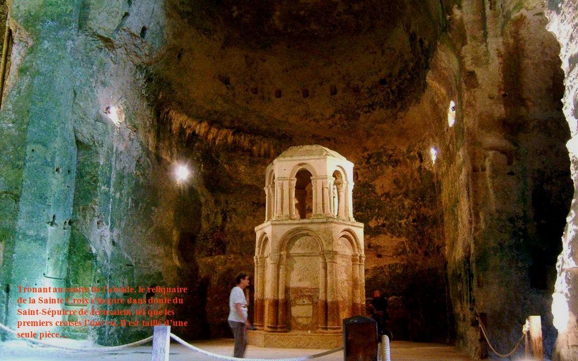 Trônant au centre de l'abside, le reliquaire de la Sainte Croix s'inspire dans doute du Saint-Sépulcre de Jérusalem, tel que les premiers croisés lont