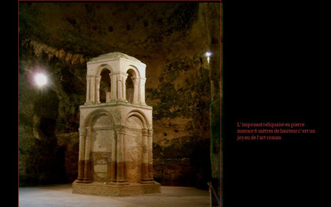 Limposant reliquaire en pierre mesure 6 mètres de hauteur cest un joyau de l'art roman