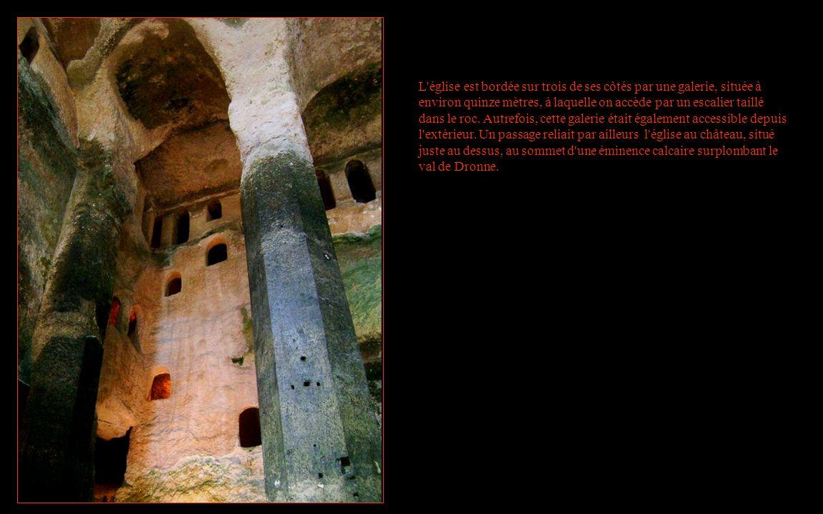 L'église est bordée sur trois de ses côtés par une galerie, située à environ quinze mètres, à laquelle on accède par un escalier taillé dans le roc. A
