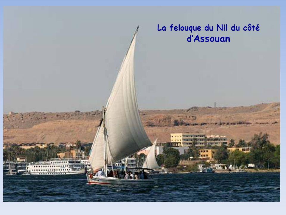 Porte sur la route du Barrage dAssouan Achevé en 1970 sous le Président Nasser, le barrage régule les crues du Nil et fournit lélectricité à toute lEg