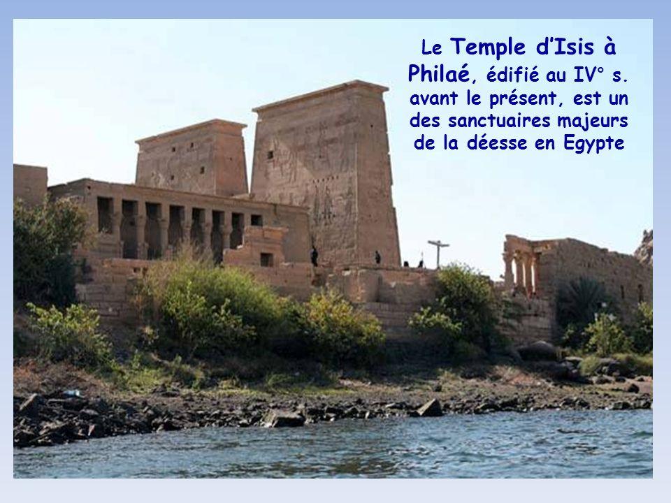 Sur lîle de Philaé, submergée en 1970 par les eaux du barrage dAssouan, le Temple dIsis a été remonté sur lîle dAguilkia en 1974