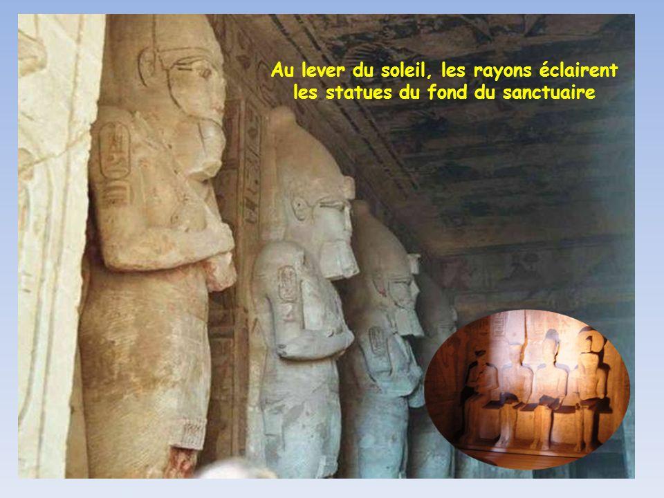 Deux représentations monumentales de Ramsès II sur les 4 qui ornent la façade de grès du temple