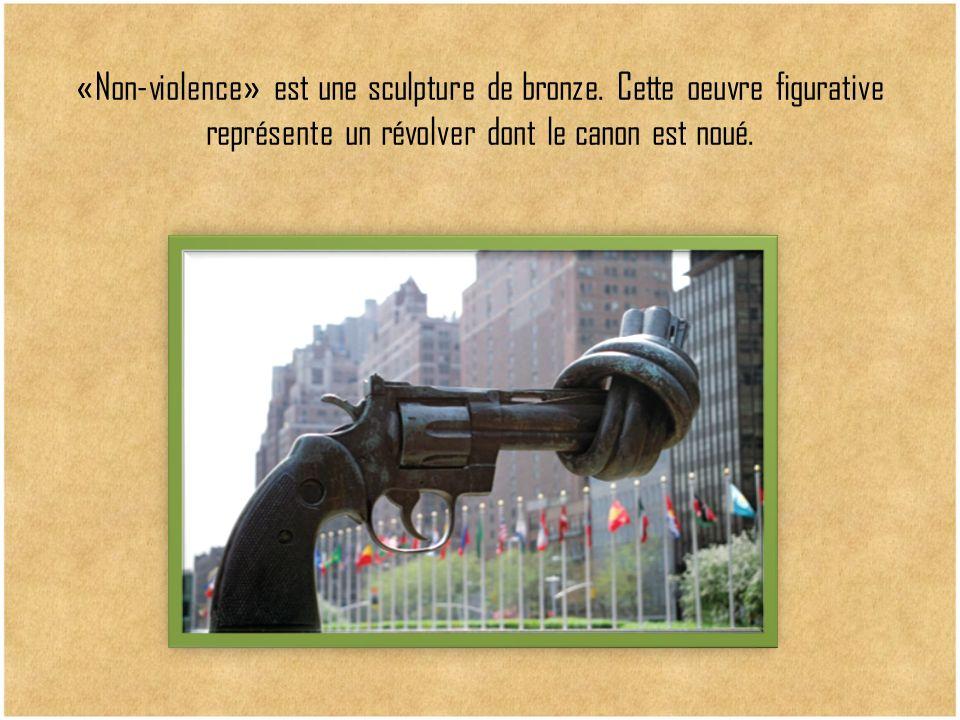 « Non-violence » est une sculpture de bronze. Cette oeuvre figurative représente un révolver dont le canon est noué.