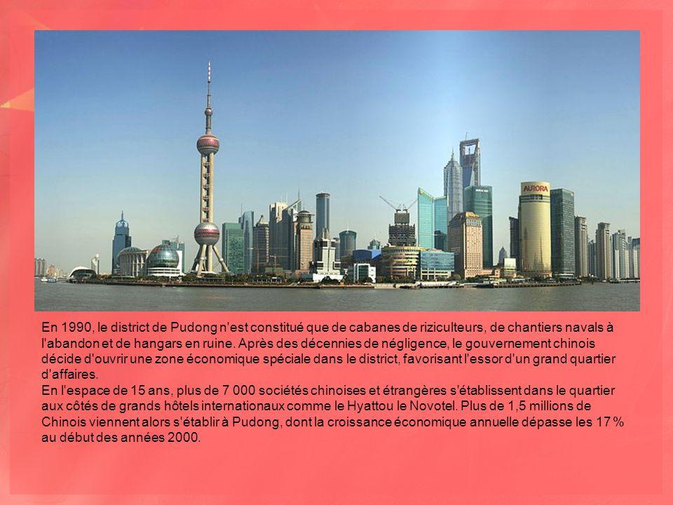 En 1990, le district de Pudong n est constitué que de cabanes de riziculteurs, de chantiers navals à l abandon et de hangars en ruine.