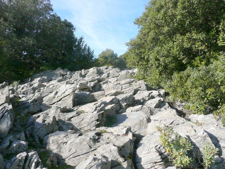 Nous découvrons ensuite sur notre droite ce sentier caillouteux, plein d ornières qui monte à l assaut de la montagne.