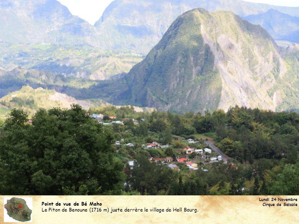 Point de vue de Bé Maho En tournant la tête à gauche, on aperçoit le Piton des Neiges (3070 m) : le plus haut sommet de l île de la Réunion et de l océan Indien.