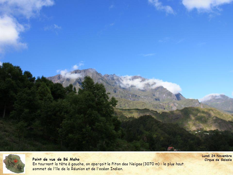 Point de vue de Bé Maho En tournant la tête à gauche, on aperçoit le Piton des Neiges (3070 m) : le plus haut sommet de l'île de la Réunion et de l'oc