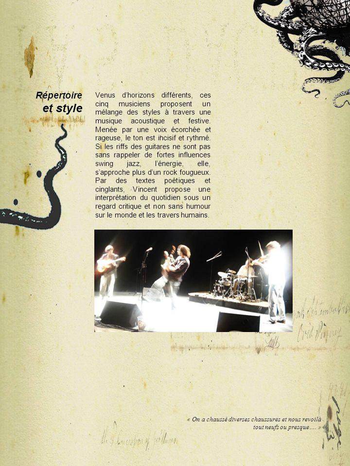 Venus dhorizons différents, ces cinq musiciens proposent un mélange des styles à travers une musique acoustique et festive. Menée par une voix écorché