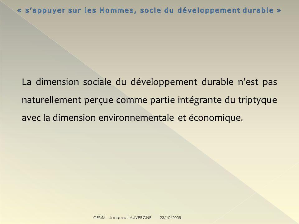 La dimension sociale du développement durable nest pas naturellement perçue comme partie intégrante du triptyque avec la dimension environnementale et économique.