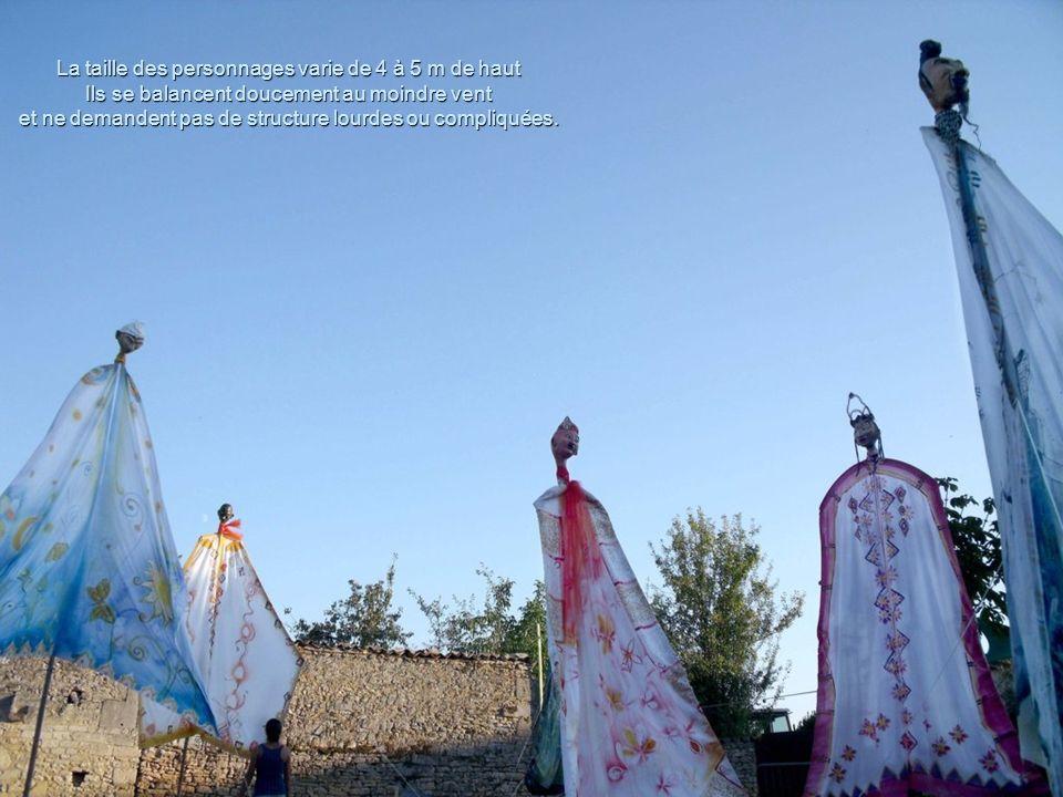 La taille des personnages varie de 4 à 5 m de haut Ils se balancent doucement au moindre vent et ne demandent pas de structure lourdes ou compliquées.