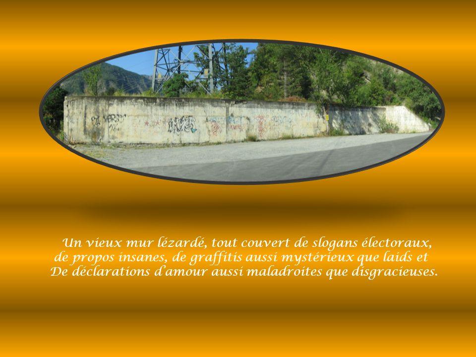 Un vieux mur lézardé, tout couvert de slogans électoraux, de propos insanes, de graffitis aussi mystérieux que laids et De déclarations damour aussi maladroites que disgracieuses.