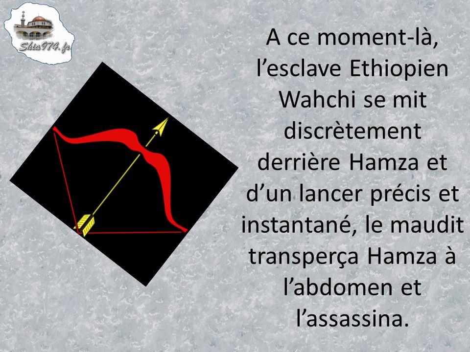 A ce moment-là, lesclave Ethiopien Wahchi se mit discrètement derrière Hamza et dun lancer précis et instantané, le maudit transperça Hamza à labdomen et lassassina.