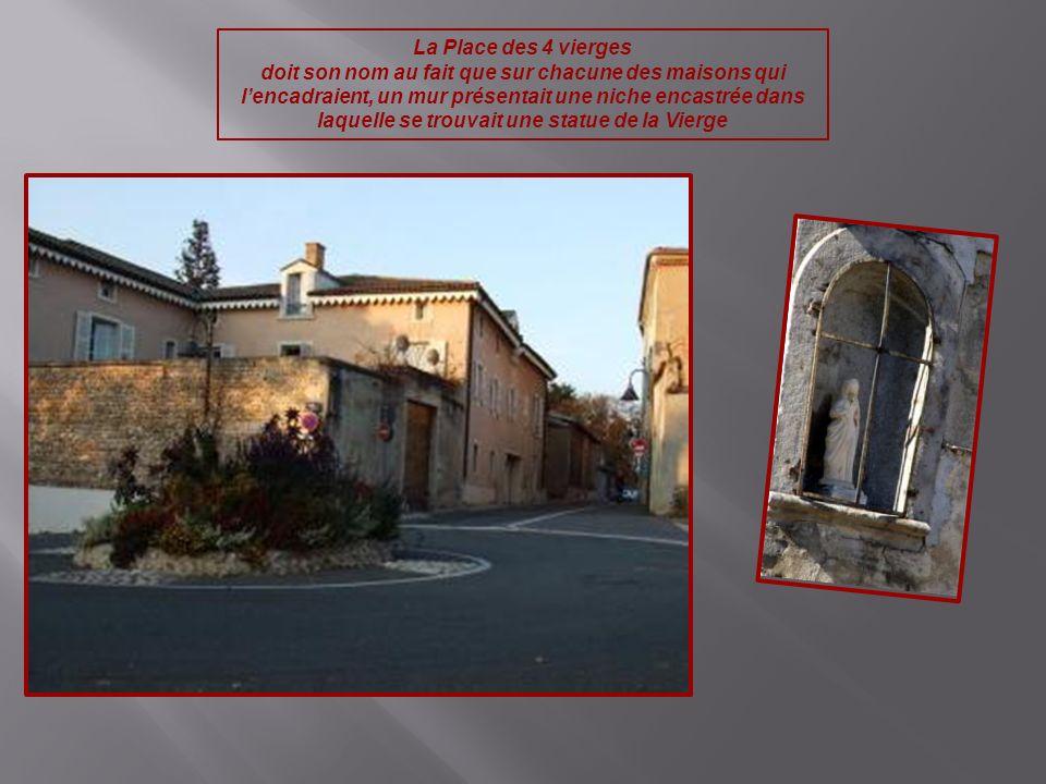 La Place des 4 vierges doit son nom au fait que sur chacune des maisons qui lencadraient, un mur présentait une niche encastrée dans laquelle se trouv
